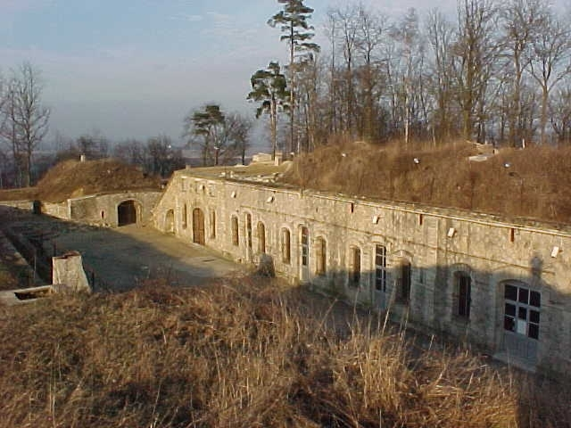 patrimoine-monuments-fort-bruyeres-cour-1.jpg