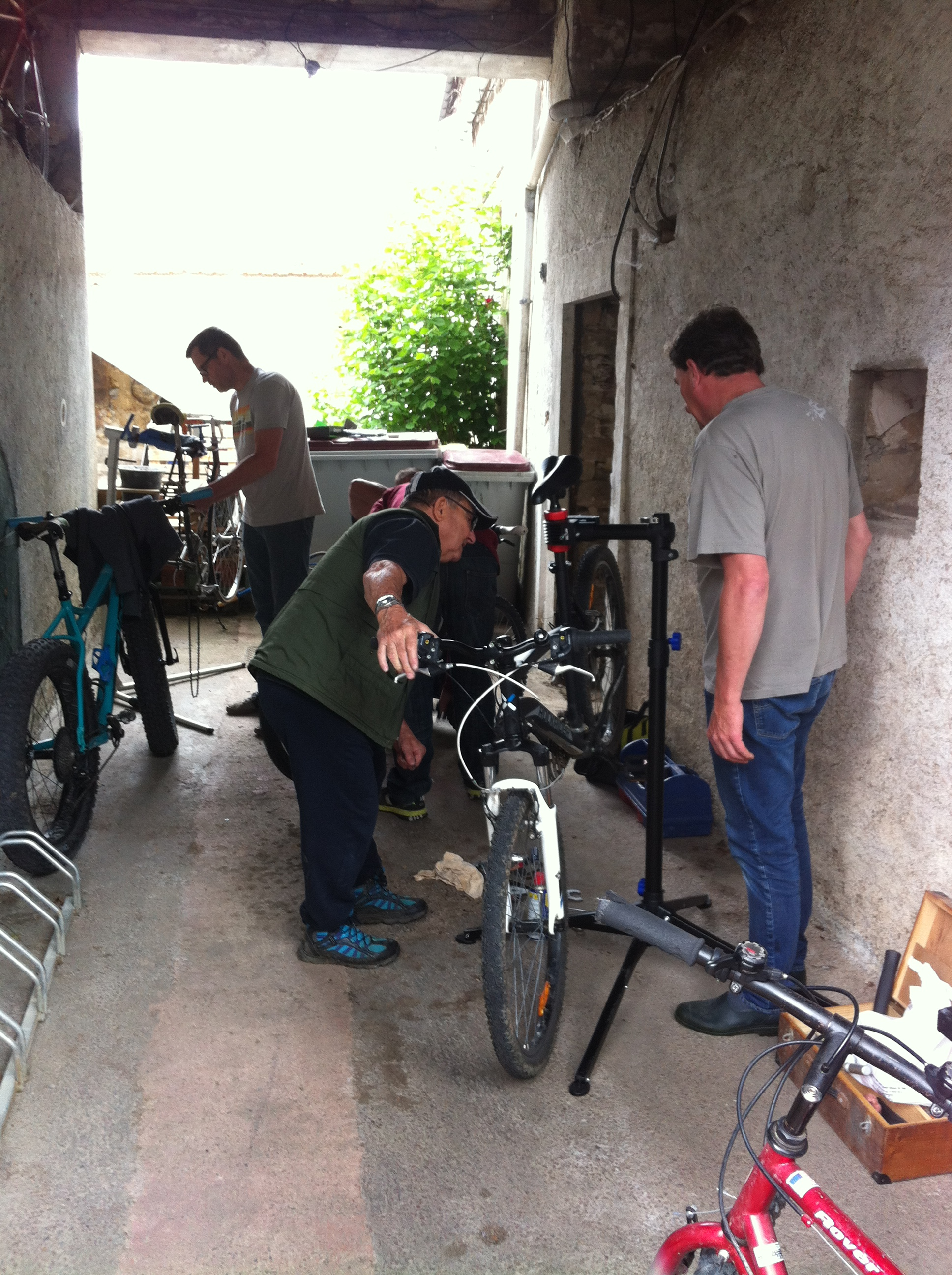 ANIM répare vélo.JPG