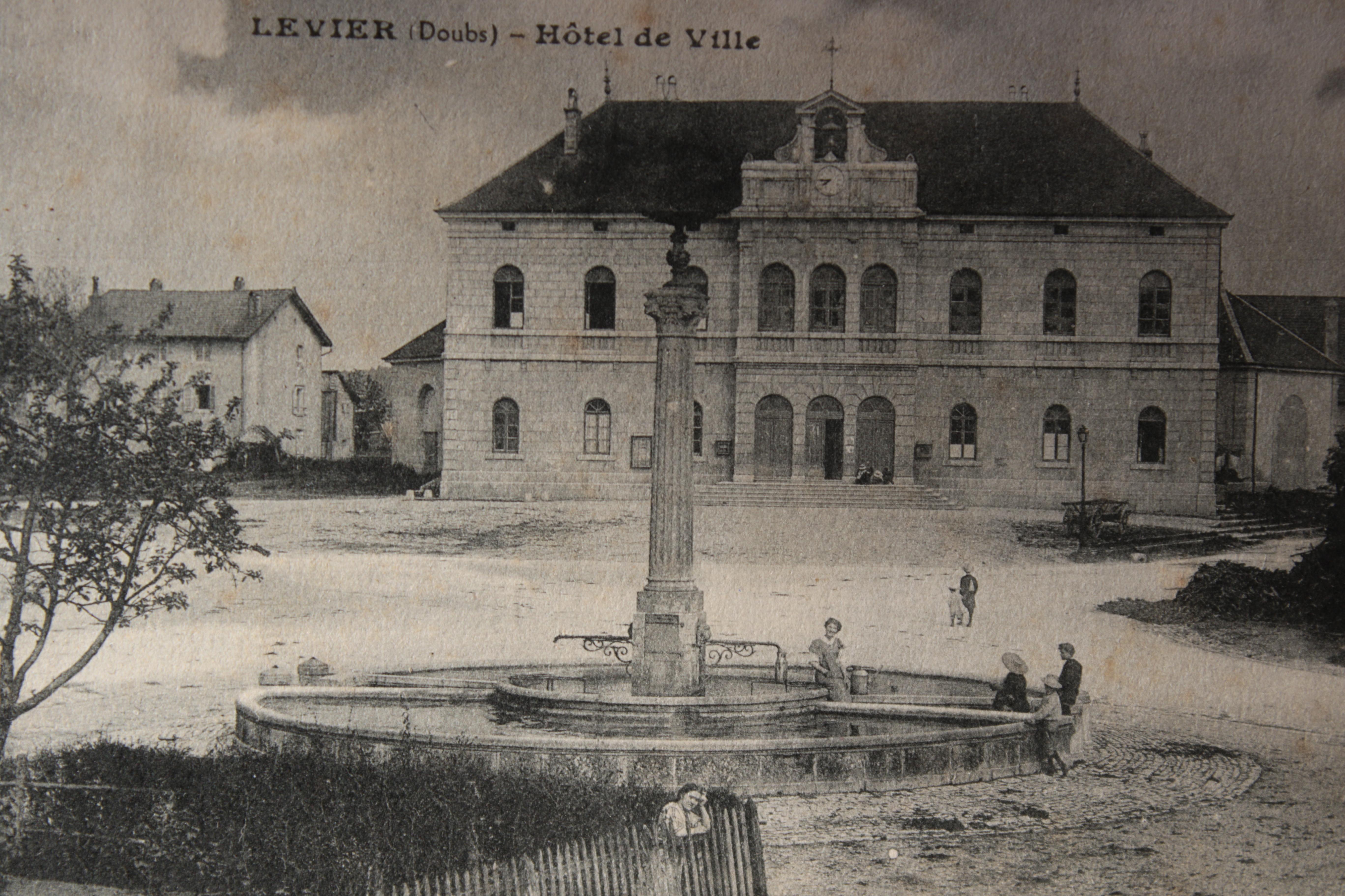 Noir et blanc Fontaine Hôtel de v.JPG