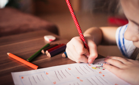 APPS - 1 enfant qui écrit