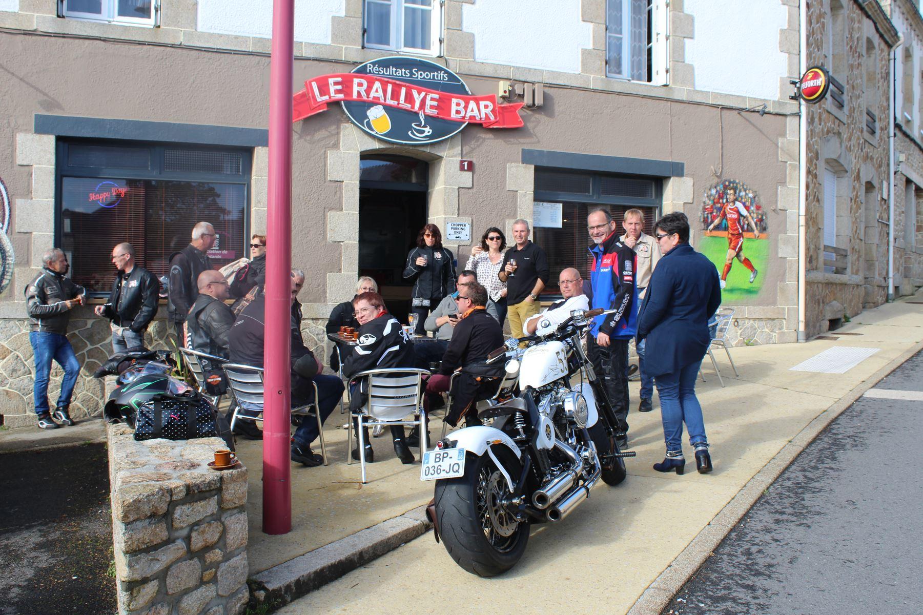 Groupe devant le bar.jpg