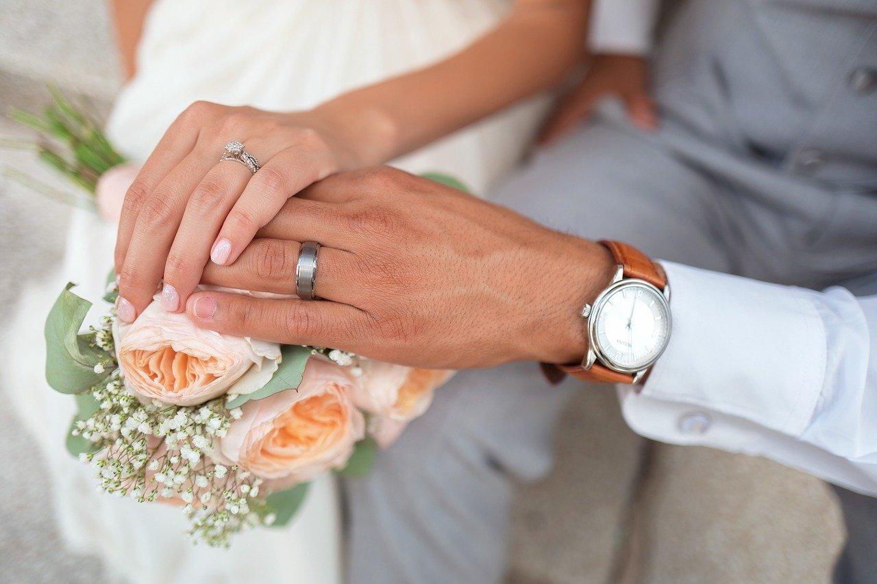 fleurs mains des mariés.jpg