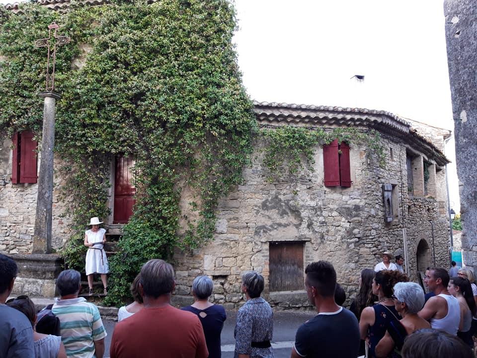 Place de la croix avec la guide.jpg