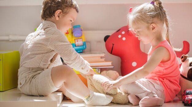 2 enfants qui jouent