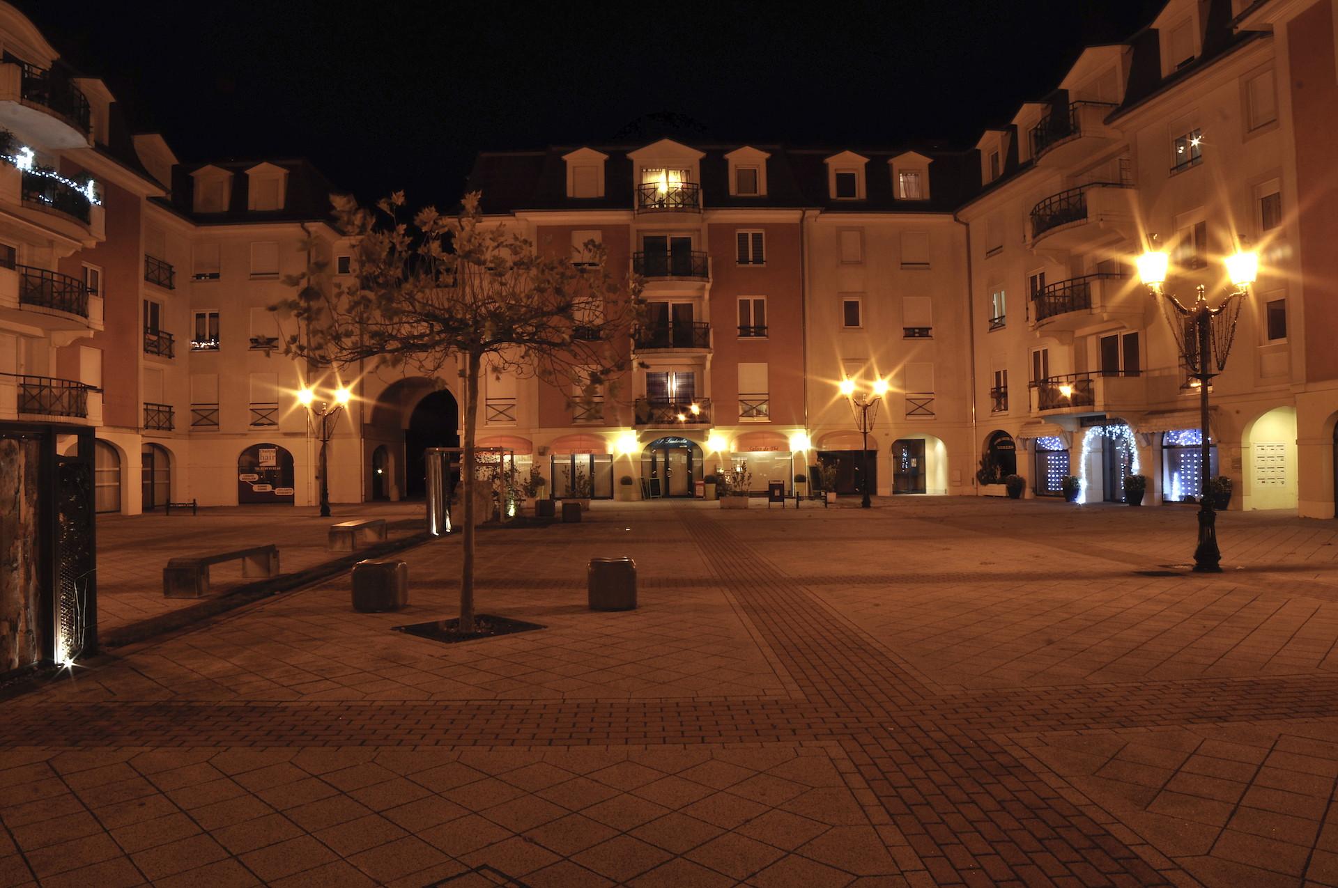 Place Charles de Gaulle nuit MS.jpeg