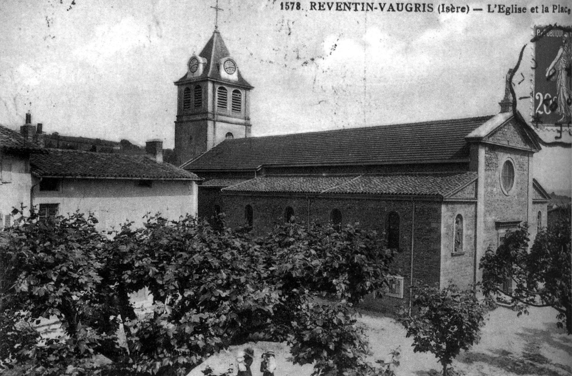 Reventin-Vaugris_l_église_et_la_place,_1925,_p174_de_L_Isère_les_533_communes.jpg