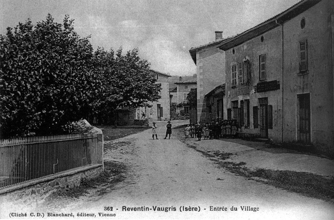 Reventin-Vaugris,_entrée_du_village,_1906,_p174_de_L_Isère_les_533_communes_-_cliché_C_D,_Blanchard_édit_à_Vienne.jpg