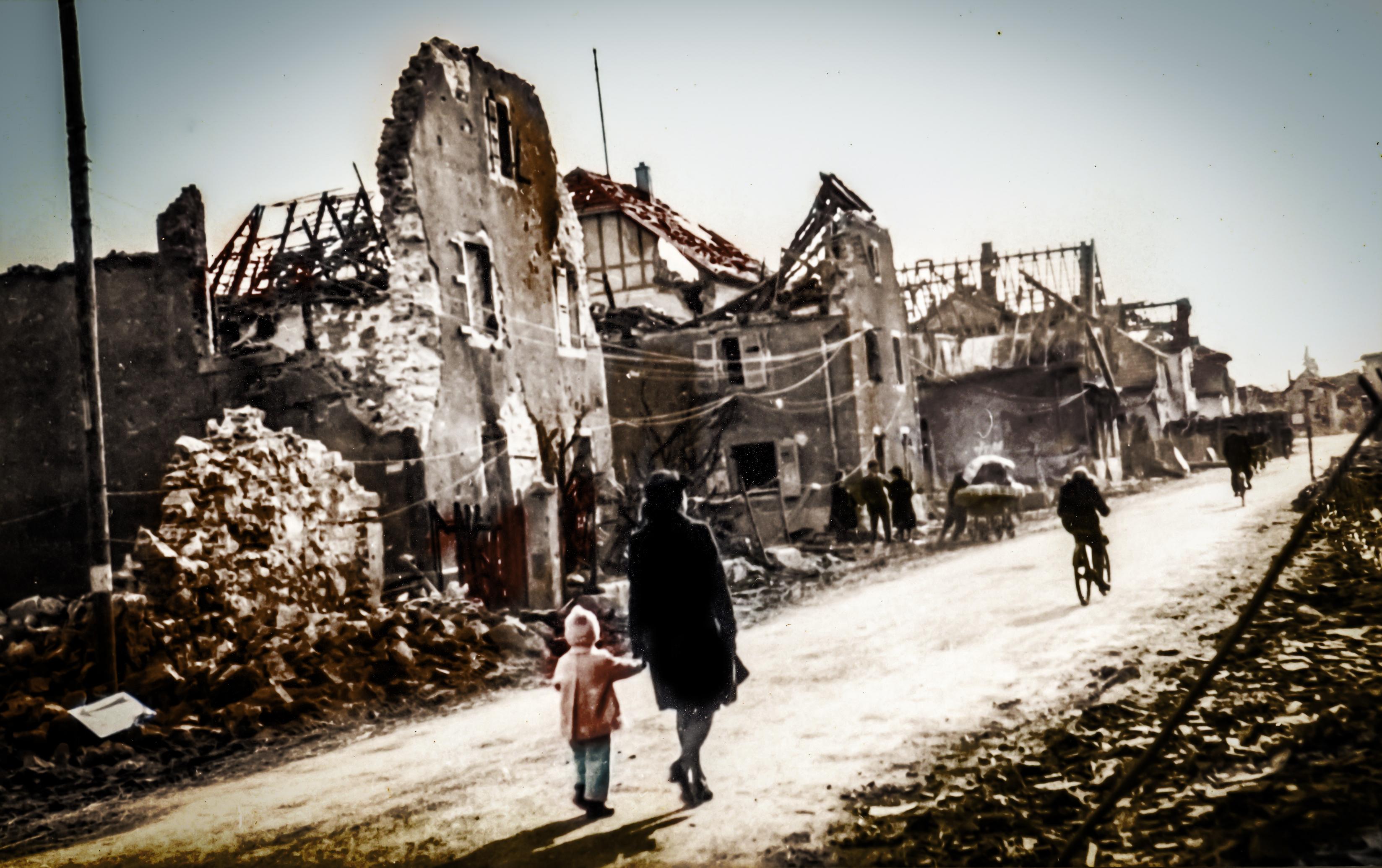 1945 - Rue de Wittelsheim detruite - 1er plan M. Jean-Francois SCHOTT et sa maman - 2.jpg