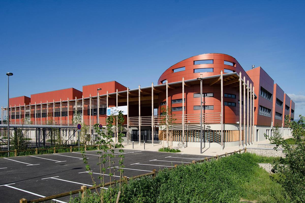Collège M RIVIER en bois des Alpes.jpg