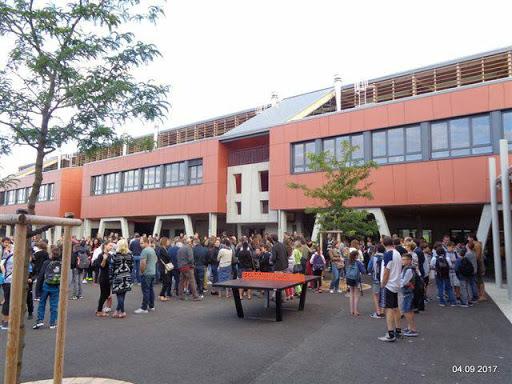 Collège M RIVIER la  cour.jpg