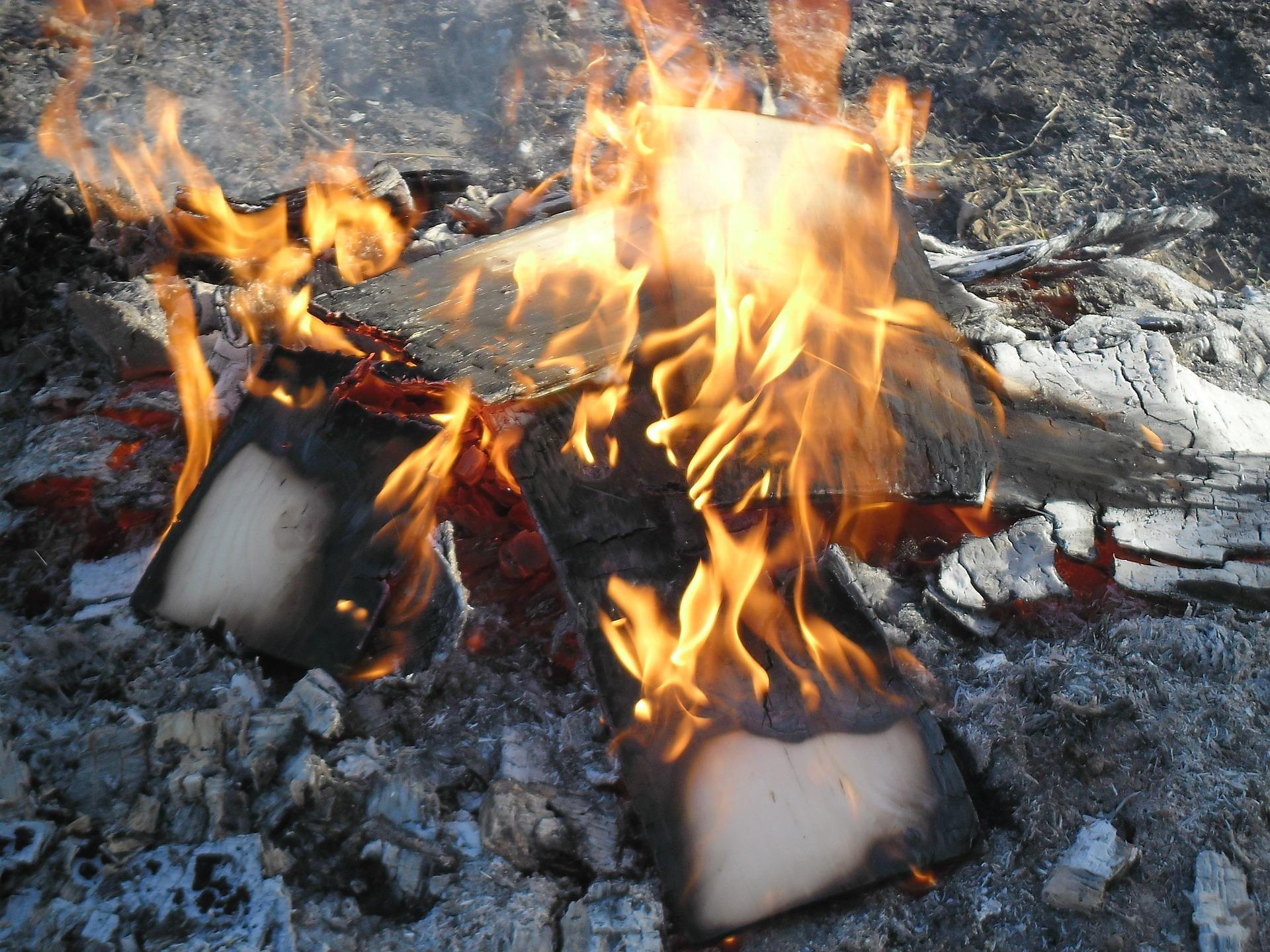campfire-802777_1920.jpg