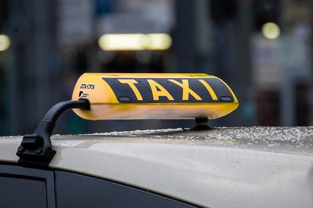 taxi-4720993_640.jpg