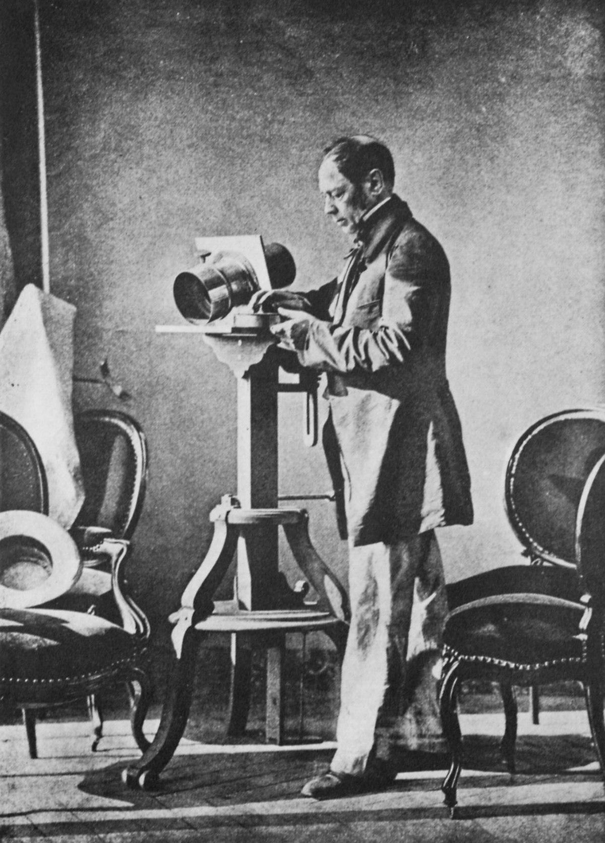 Hippolyte Bayard dans son atelier.jpg