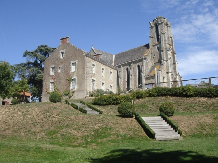 eglise-st-etienne-et-presbyteere-aoeut-2011.jpg
