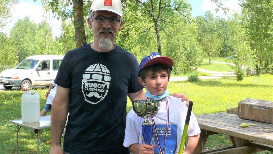 Tom remporte le concours de pêche.jpg