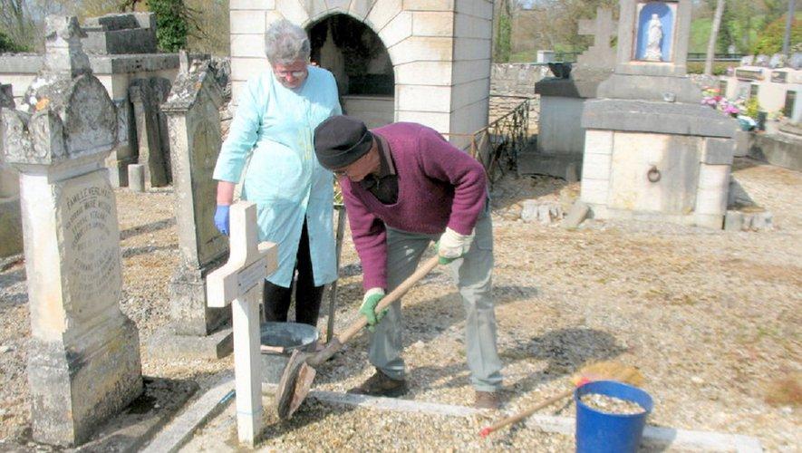 Le Souvenir français restaure les tombes de soldats.jpg
