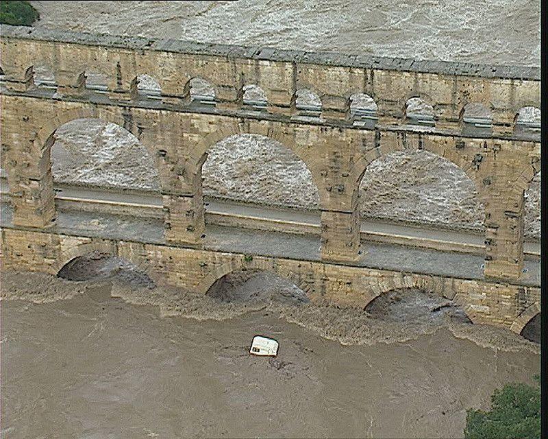 crue pont du gard septembre 2002.jpg
