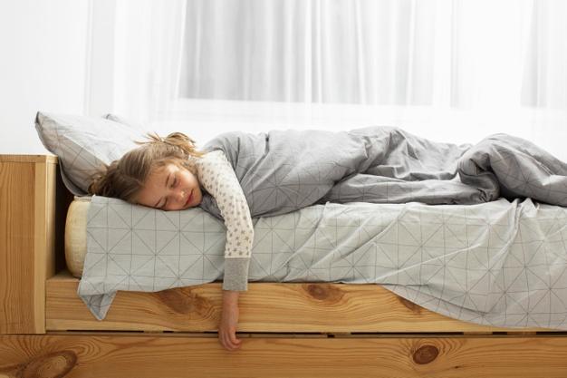 vue-frontale-girl-dormir-dans-lit.jpg