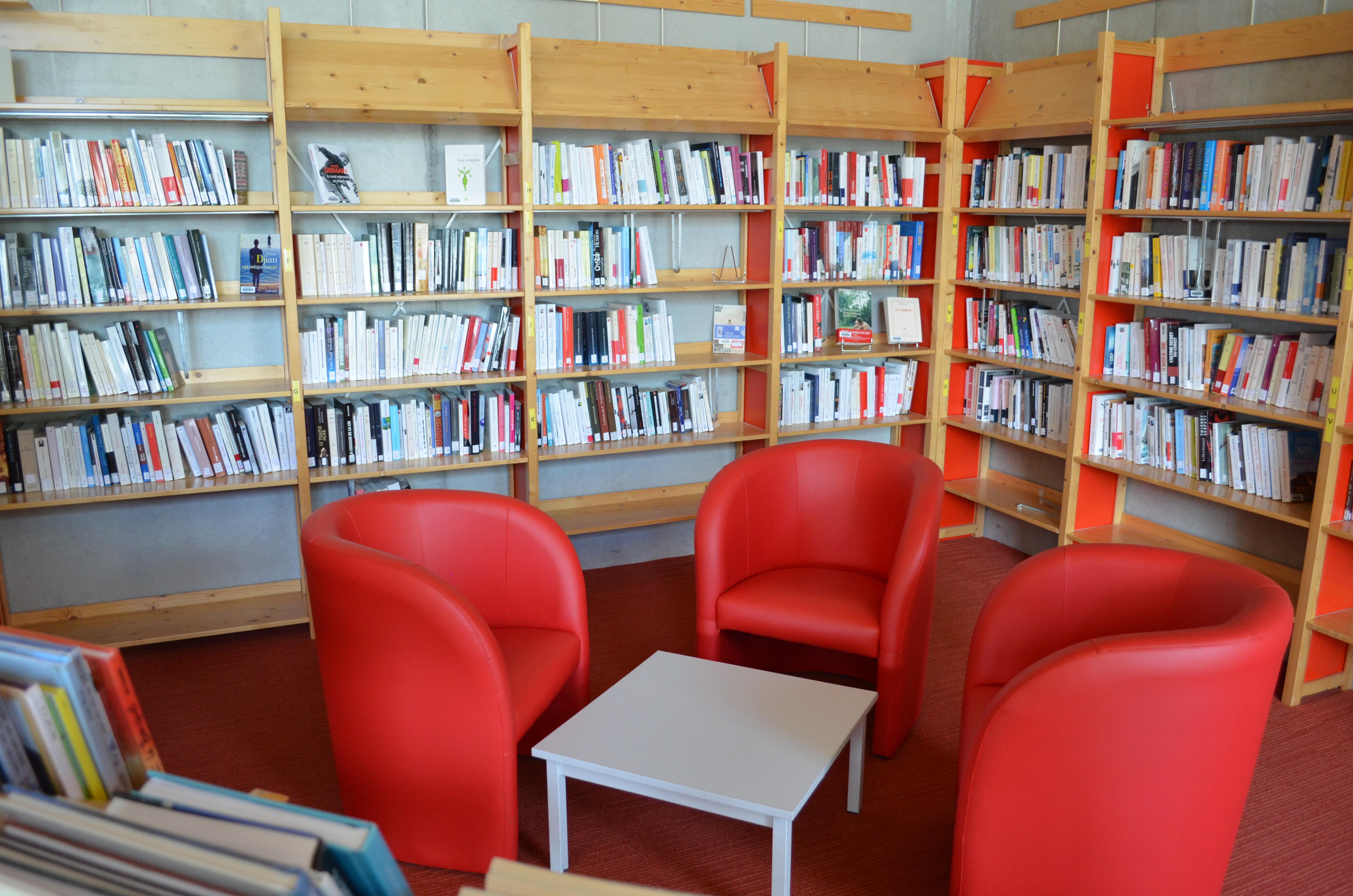 Bibliothèque fauteuil rouge.JPG