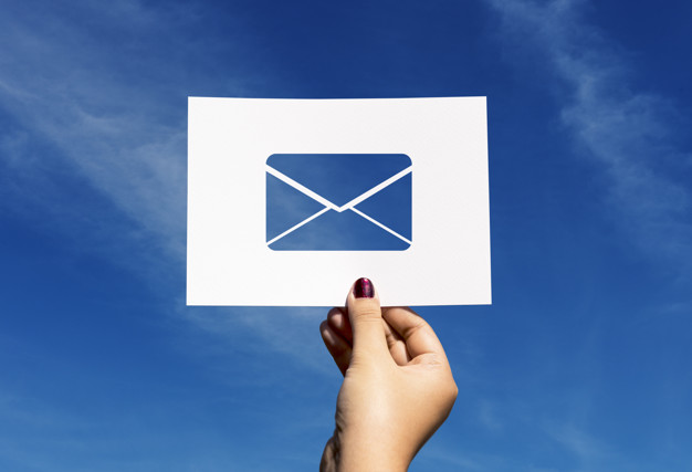 courrier-papier-perfore-lettre-communication-reseau_53876-41406.jpg