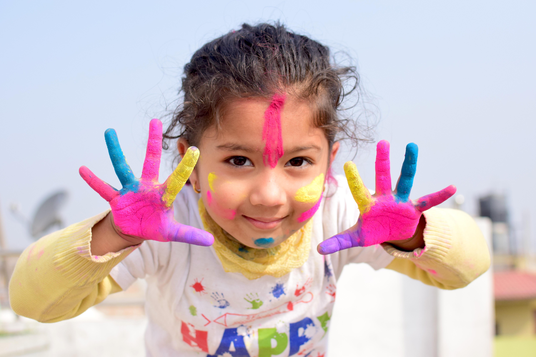 LGA - Enfance et jeunesse - fille mains couleurs _2_.jpg