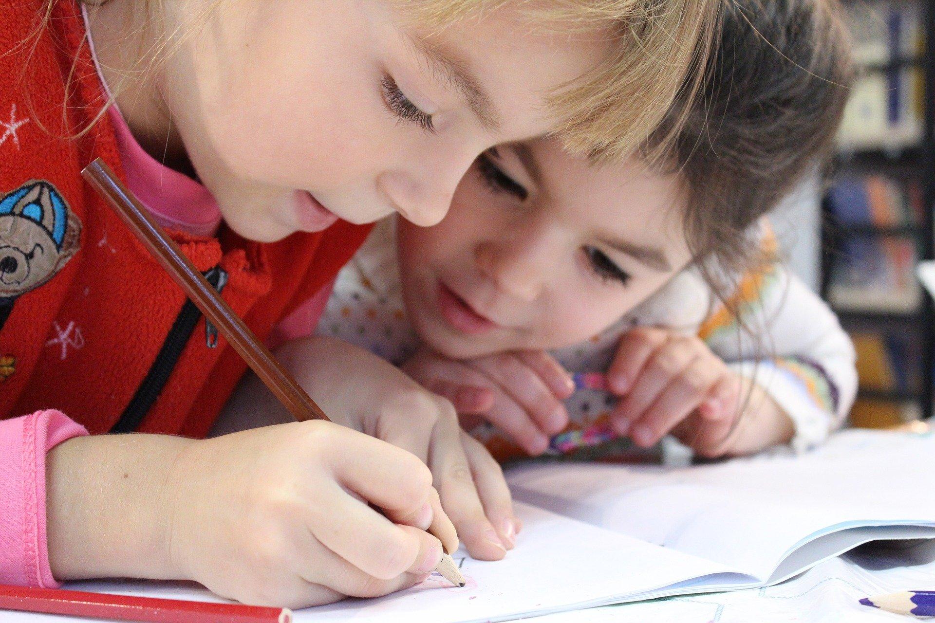 LGA - Enfance et jeunesse - filles ecrit - ecole.jpg