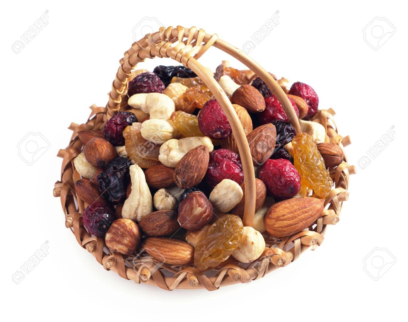 65362619-mélange-de-diverses-noix-et-fruits-secs-dans-le-panier-sur-fond-blanc.jpg