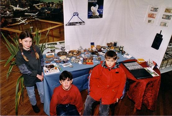 2001-Stand enfants Pierres _ fossiles.jpg