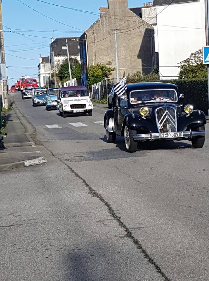 Vieilles voitures quittent Pen-Mané