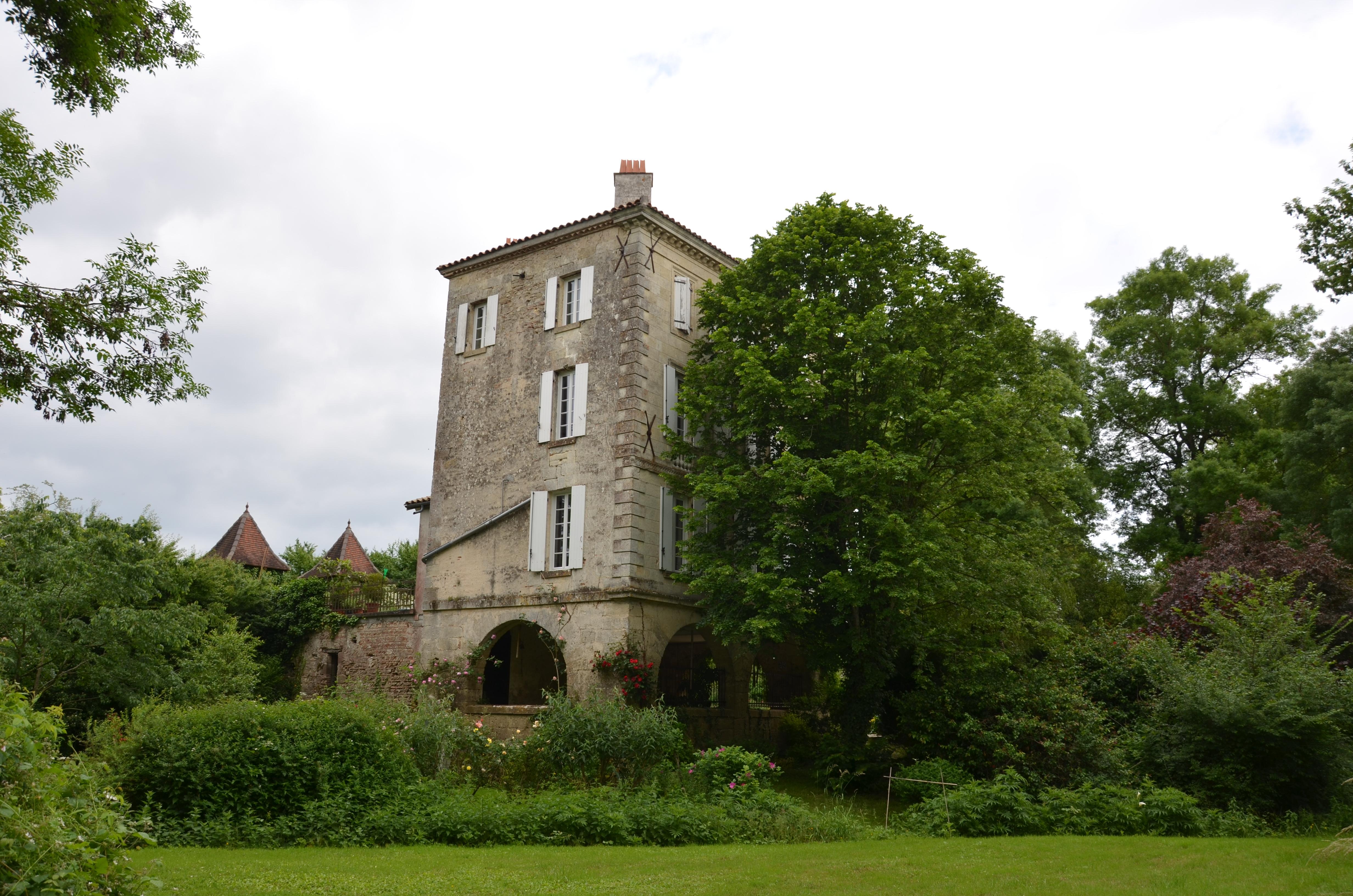 Le Moulin de Lapeyre dans son écrin de verdure.JPG