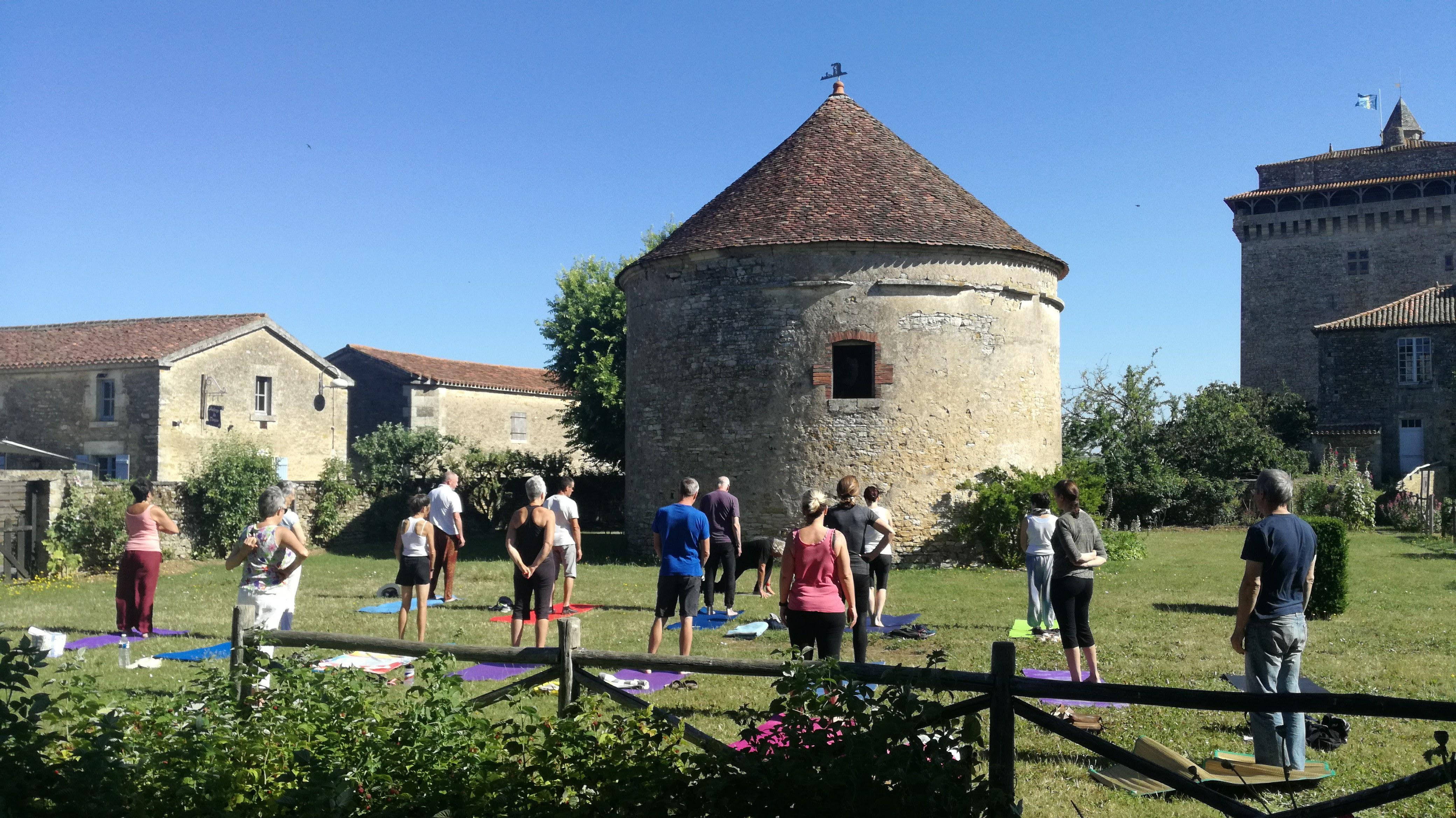 Cours de Yoga au jardin médiéval ©Commune de Bazoges en Pareds.jpg