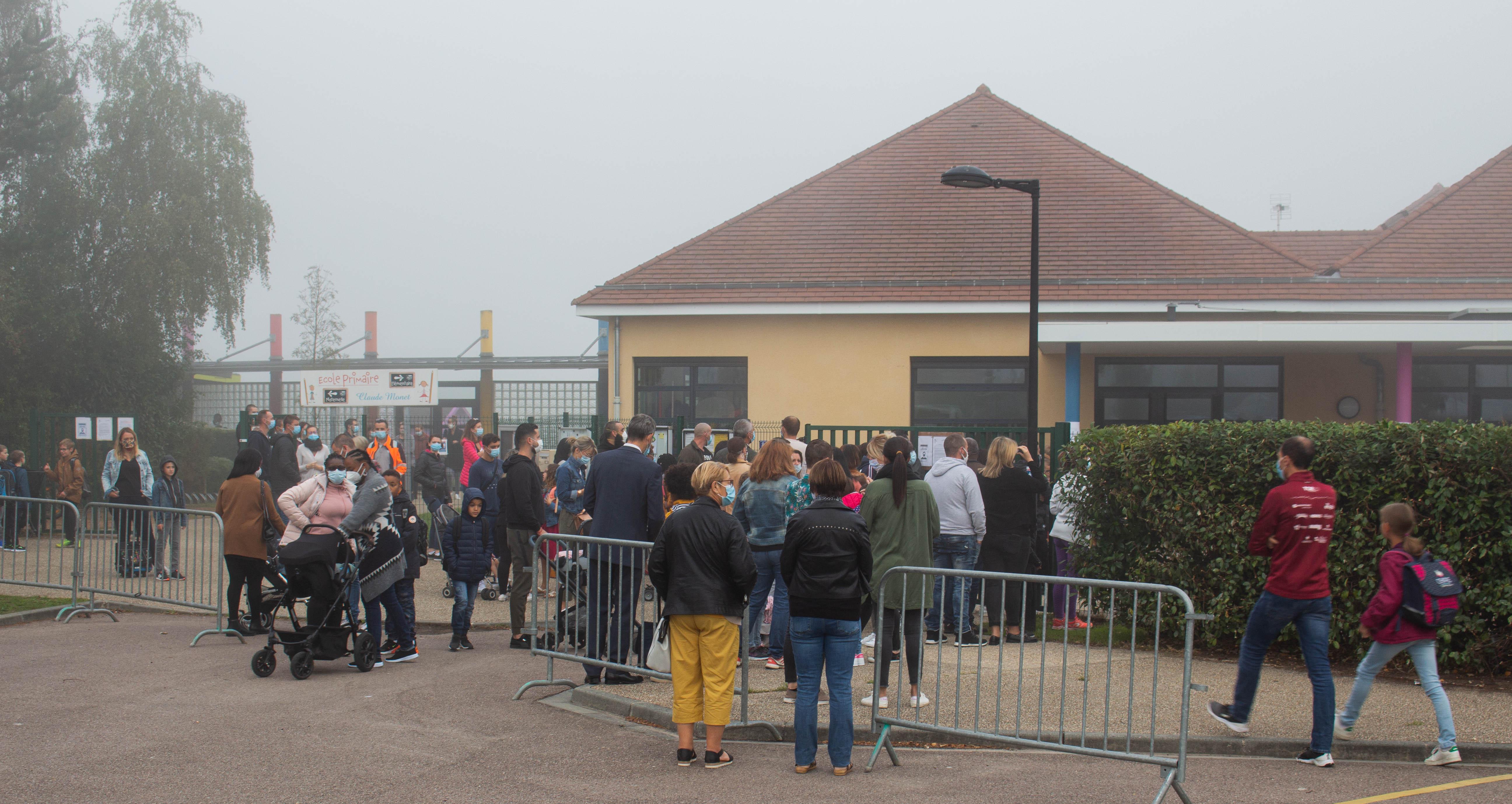 parents devant l_école, à l_entrée.jpg