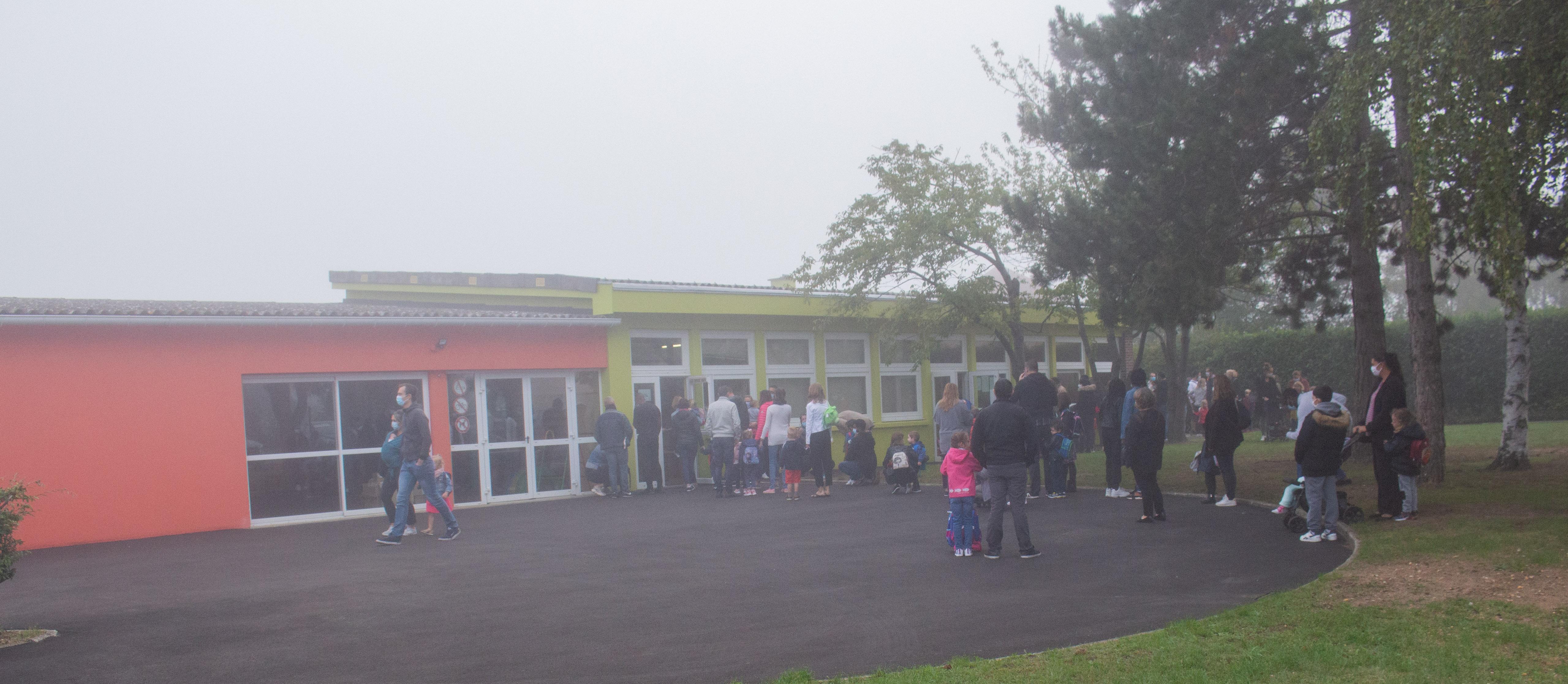 Parents devant entrée école maternelle 3.jpg