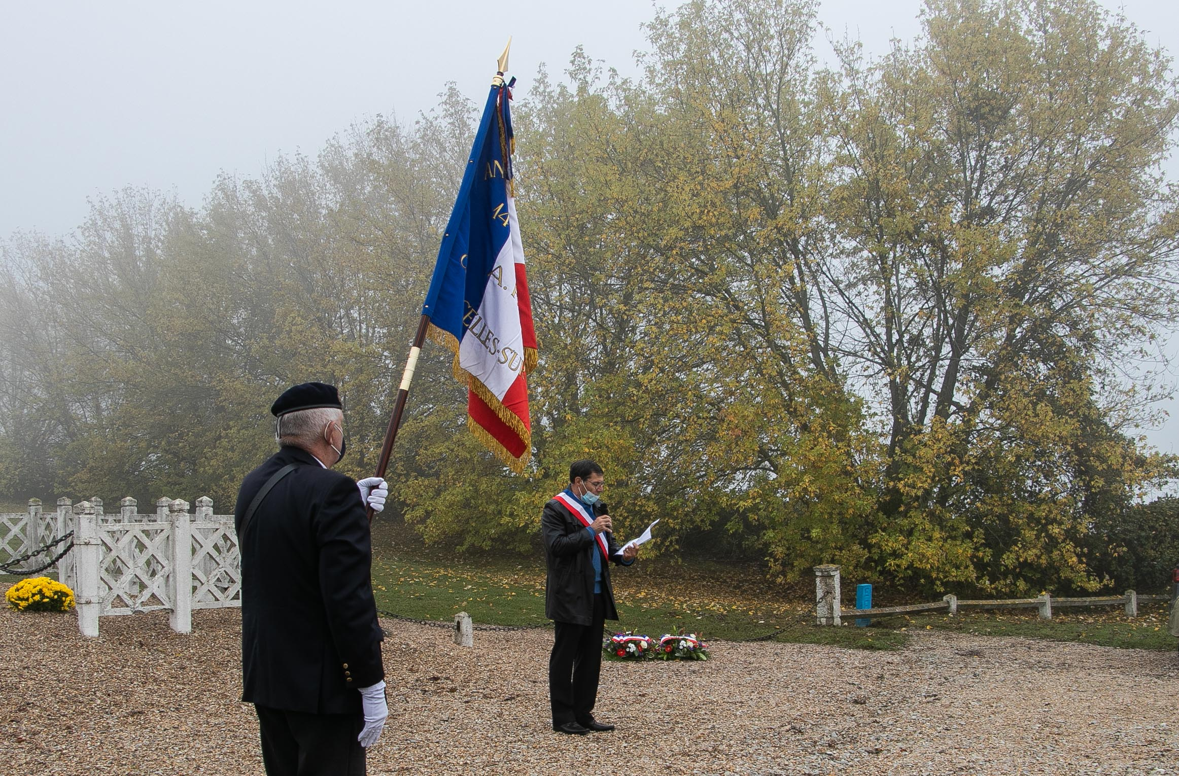 07 armistice 2020, discours dun Maire, porte drapeau au 1er plan 1 _1 sur 1_.jpg