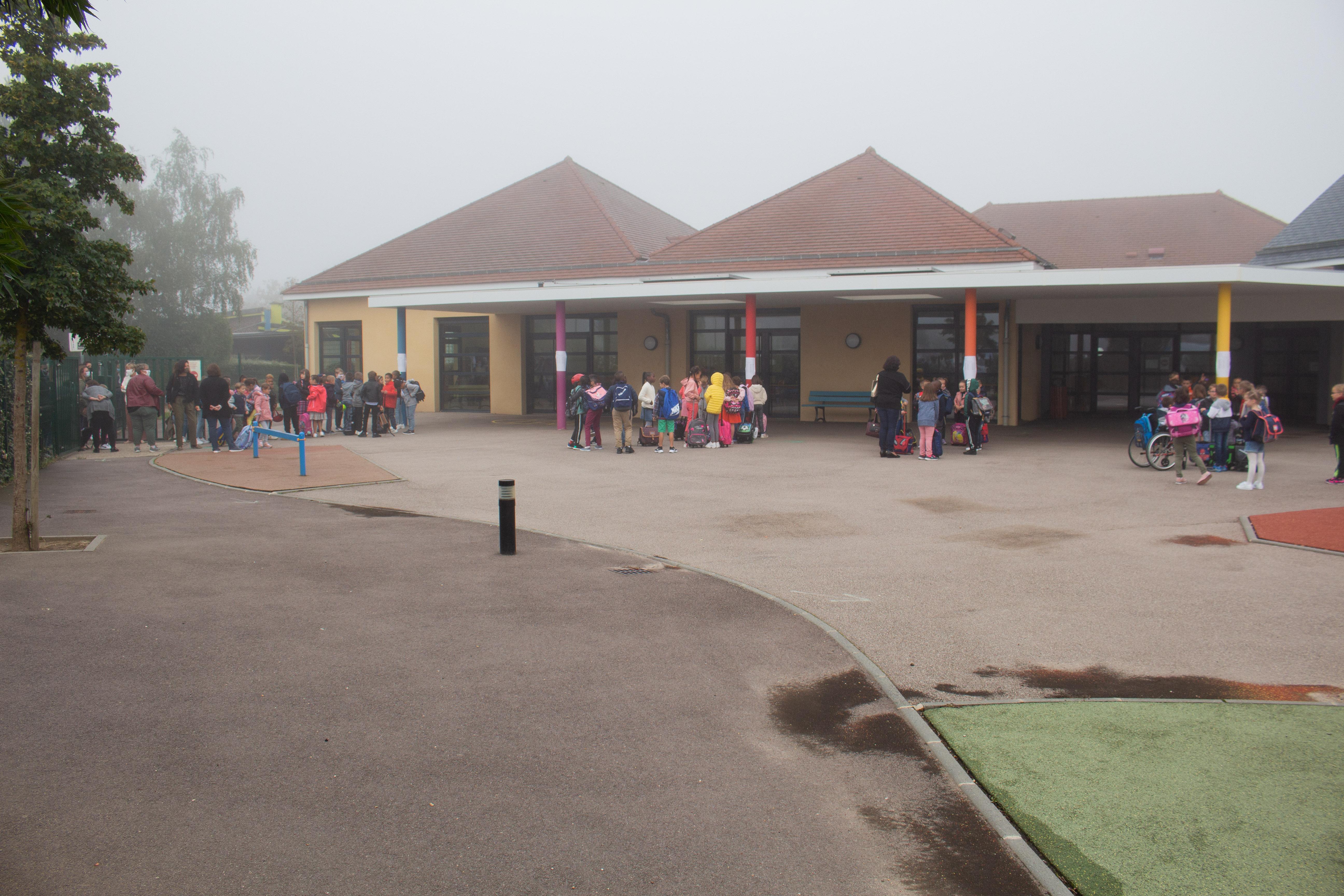 élèves dans la cours de l_école 2.jpg