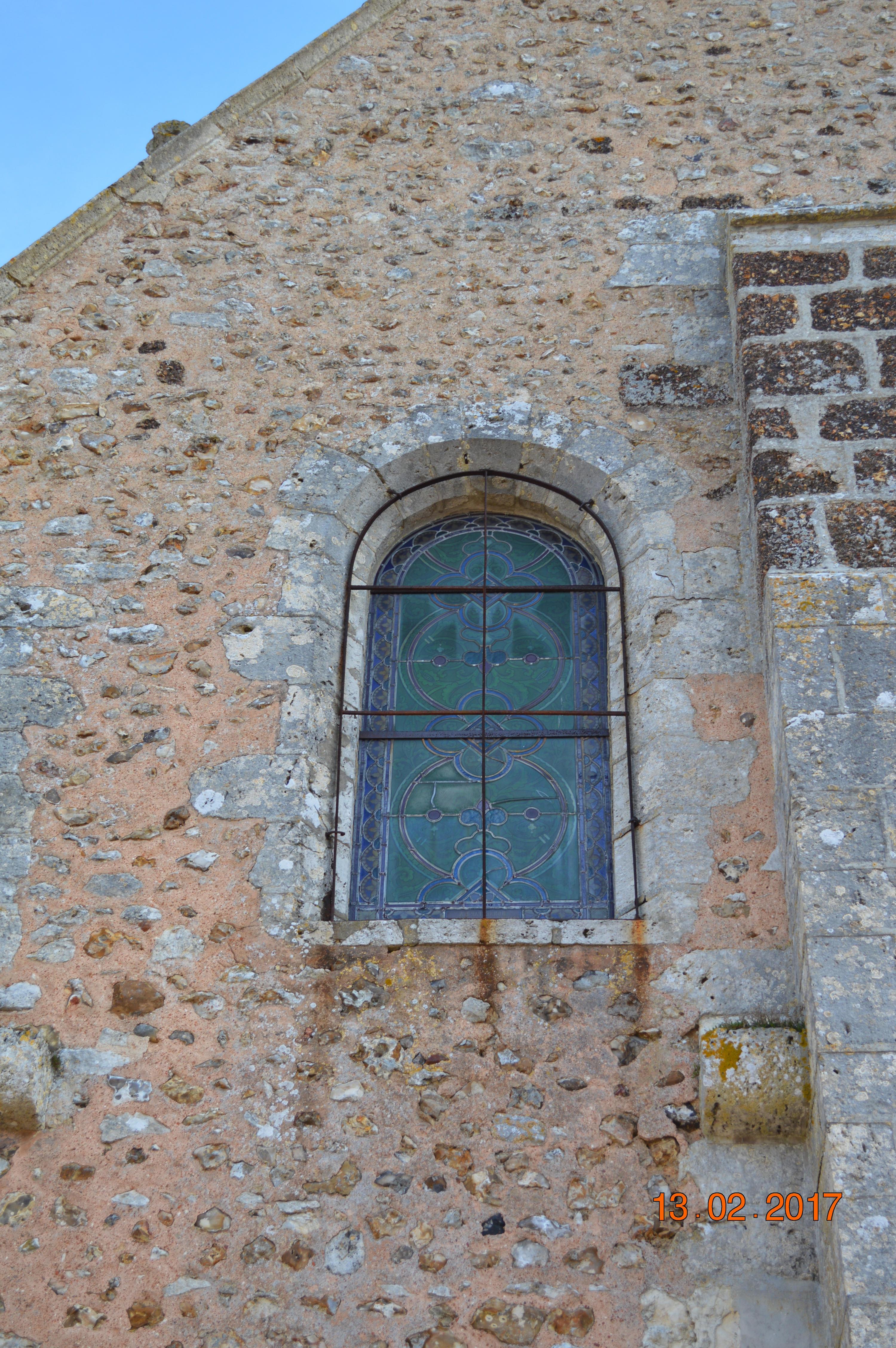 eglise vitrail cote portail.jpg
