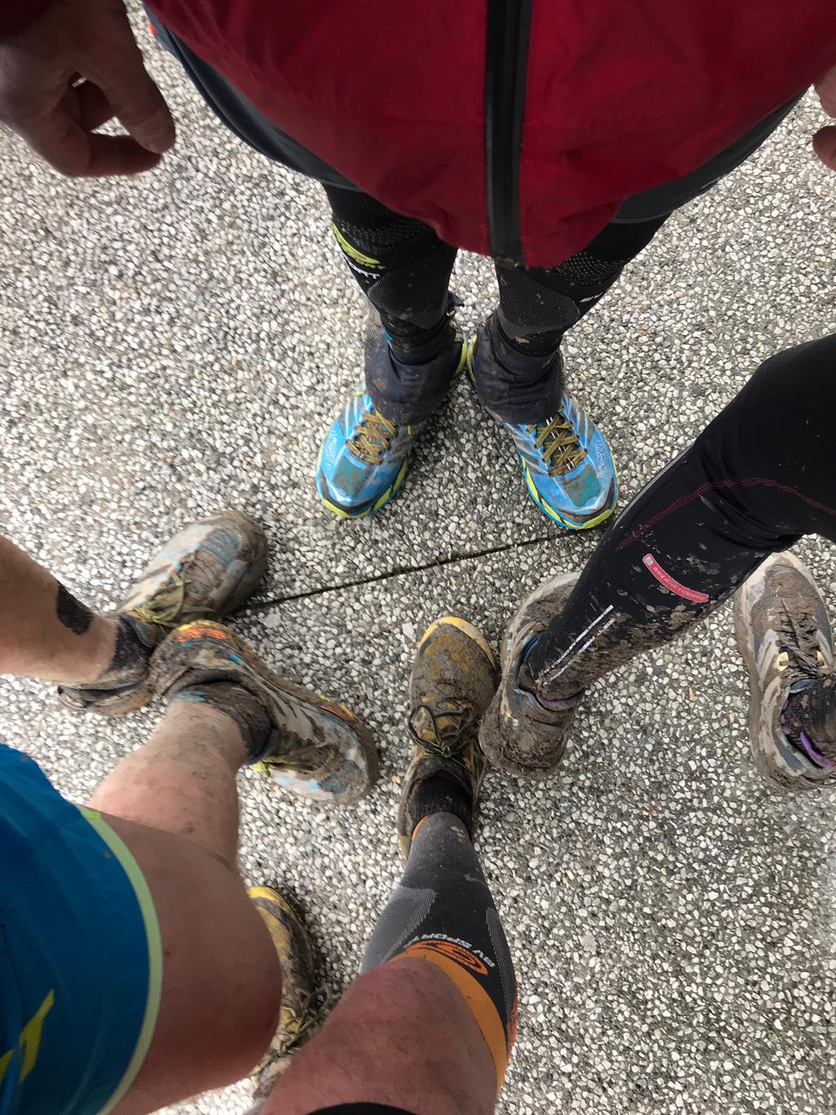 pieds tout sales que y a de la boue dessus